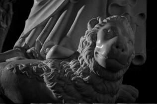 Lion at the feet of the statue of Philippe III Le Hardi. © Jean-Christophe Ballot - Centre des monuments nationaux