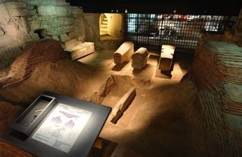 View of the archaeological crypt. This first section, up as far as the grid, corresponds to the excavated area by Viollet-le-Duc. One can make out, on the left wall, at the back, reused ancient blocks, close to Denis? grave and different stone sarcophagus from Late Antiquity. P.Cadet ©
