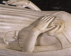 Recumbent statue of Jeanne de Bourbon, the only example of recumbent entrails in the Basilica, recognizable by the small carved bag in the left hand of the character. © Pascal Lemaître - Centre des monuments nationaux.