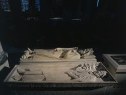 Recumbent effigies of Clovis,  in the background, and his son Childebert. © P. Lemaître - Centre des monuments nationaux.