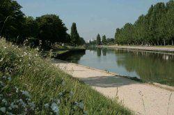 Parc de la bergère, pathways on the banks of  Ourcq canal