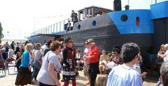 guinguette barge chat qui pêche: dancing