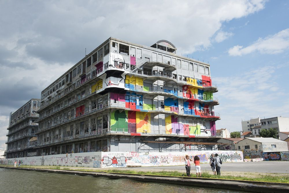 Graff sur le batiment des douanes à Pantin en 2012