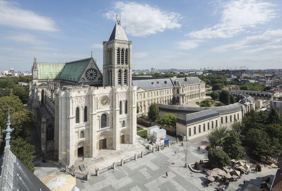 Basilique de Saint-Denis et Maison d'éducation de la Légion d'honneur vues depuis le beffroi de l'hôtel de ville