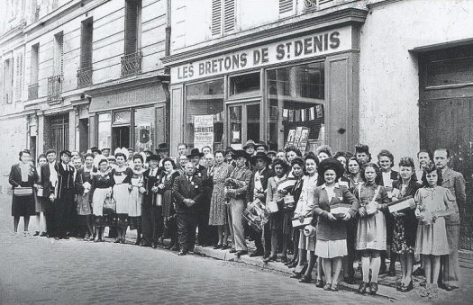 Les Bretons de Saint-Denis : Devant le local de l'Amicale en 1958 - Collection Amicale des Bretons de Saint-Denis