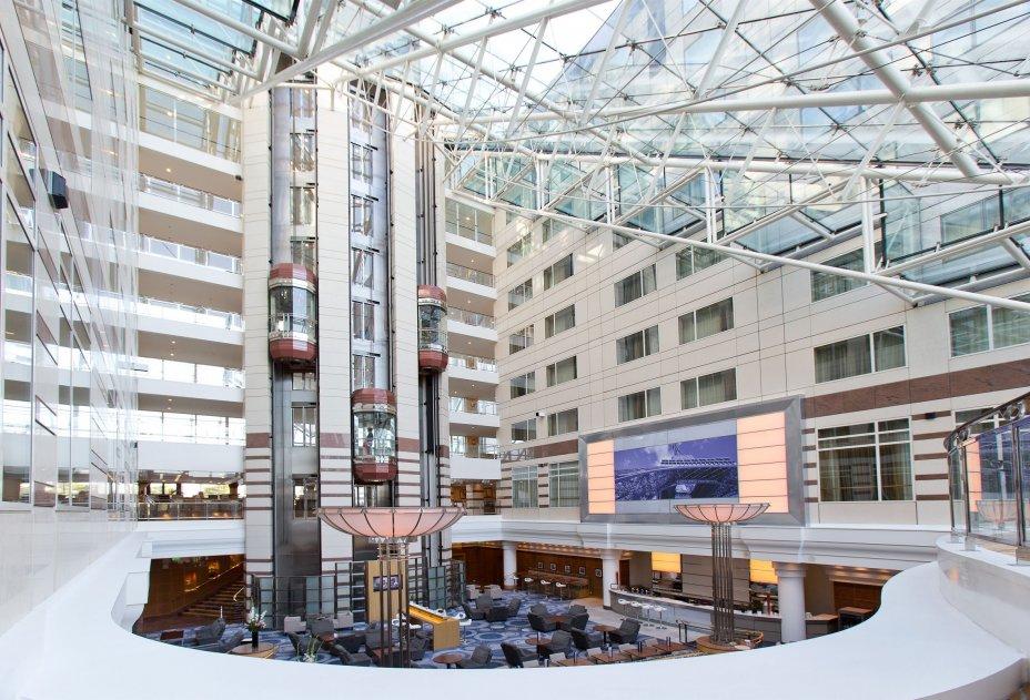 Hôtel Hilton Paris CDG Aéroport - vue générale du restaurant-bar sous la verrière