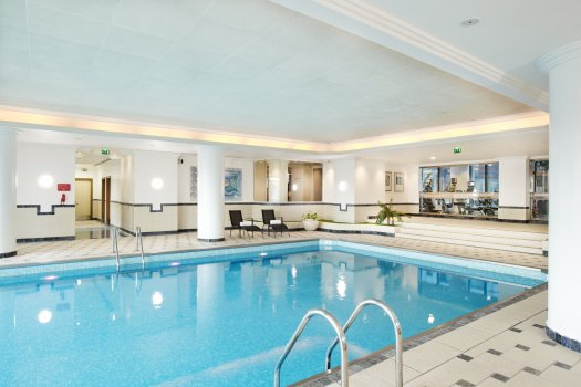 Hilton hotel paris charles de gaulle for Paris hotel pool