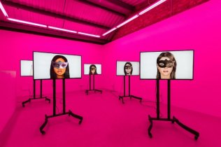 !Meddiengruppe Bitnik, Ashley Madison Angels At Work in Paris, 2019 - Installation vidéo, son, 8:08 min - Courtesy the artists