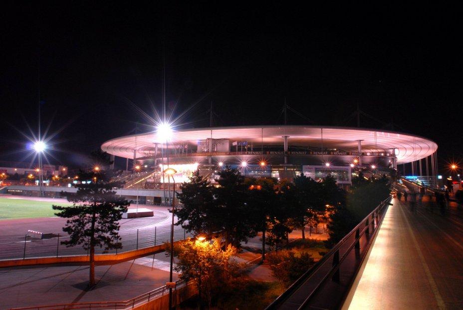 Vue extérieure de nuit du Stade de France