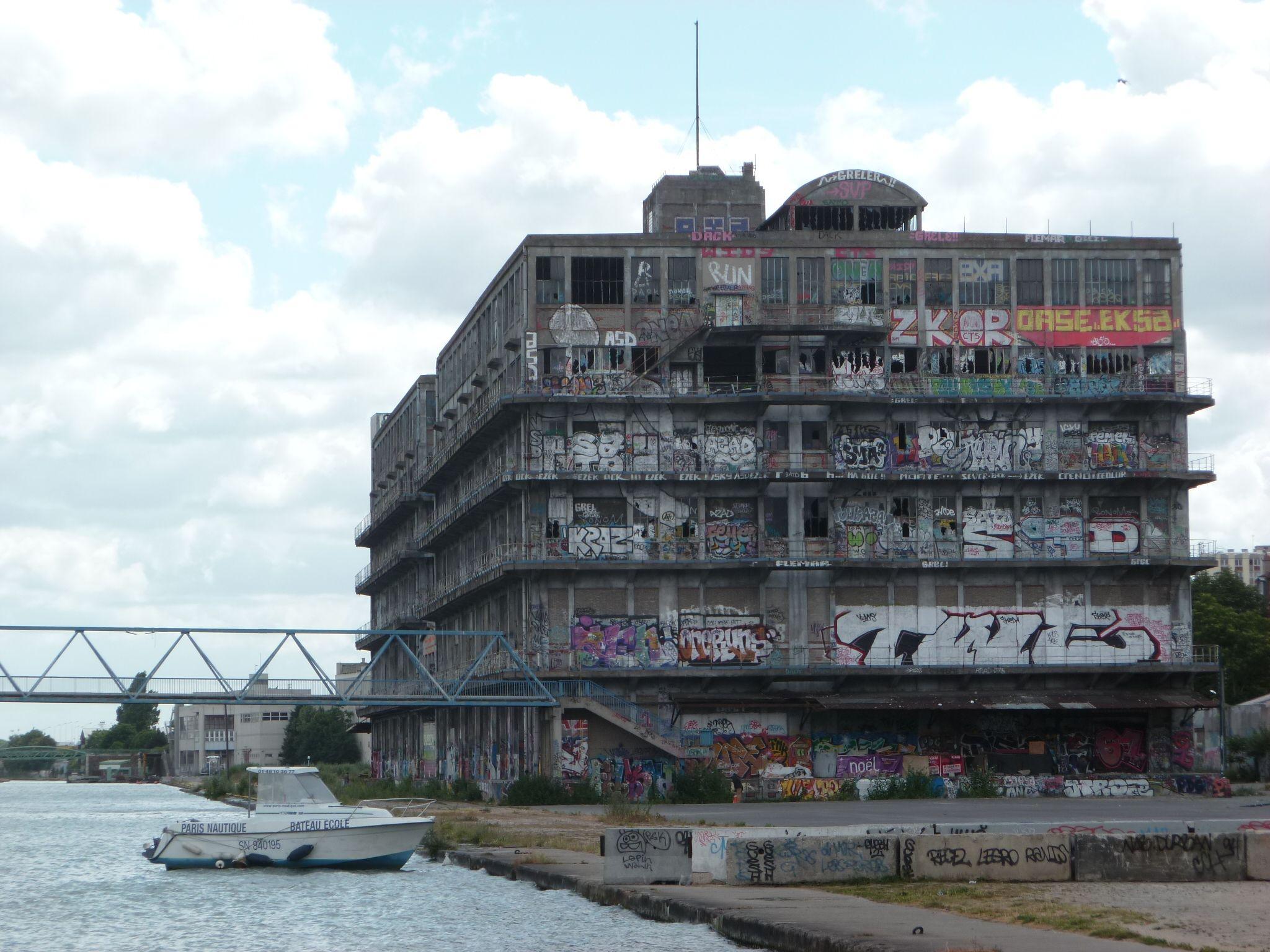 Le bâtiment des douanes à Pantin