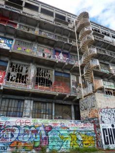 vue exterieure de l'escalier et murs batiment des douanes