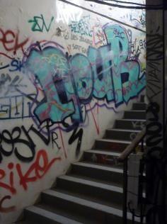 tag sur tous les murs de l'escalier batiment des douanes