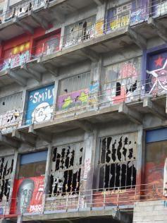 vue extérieure des vitres brisées batiment des douanes
