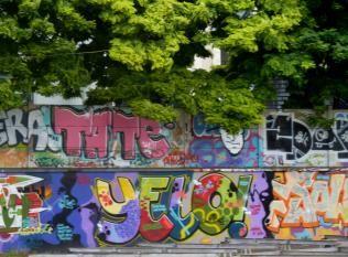 tag et graff sur le mur le long du batiment douanes