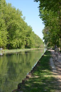 Walking path along Canal de Chelles - Neuilly sur marne