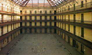Le familistère de Guise, que l'industriel Jean-Baptiste André Godin avait fait édifier pour les ouvriers de son usine. Classé monument historique de Picardie.