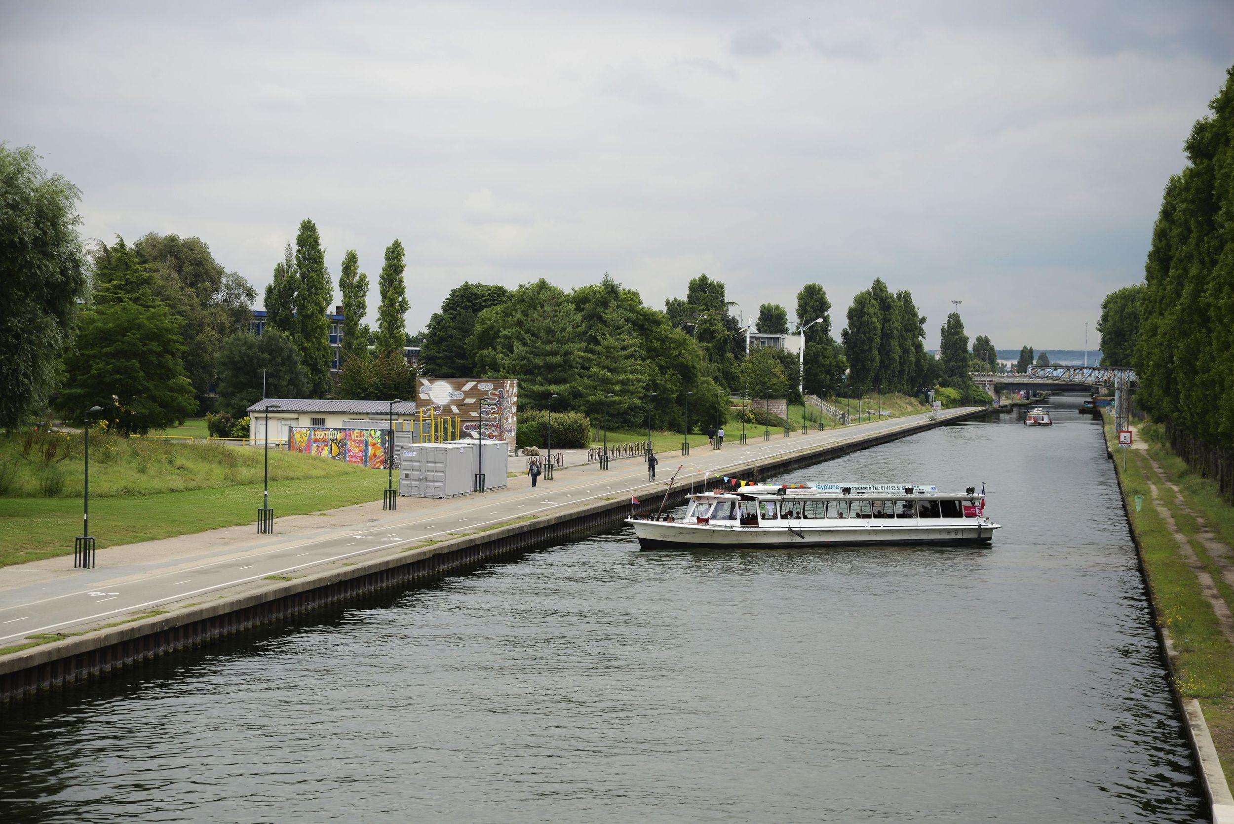 Bateau sur le canal de l'Ourcq Parc de la Bergère