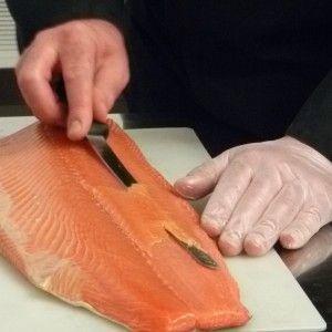 L'atelier du saumon: salage, séchage, fumage...